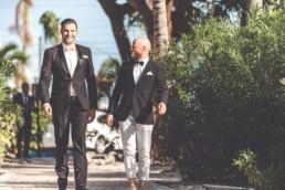 Bräutigam mit Trauzeuge auf dem Weg zur Trauung