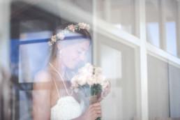 Braut riecht am Brautstrauß