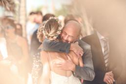 Braut wird vom Brautvater nach der Trauung umarmt