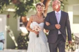 Braut wird vom Brautvater zur freien Trauung geführt