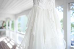 Brautkleid im Detail auf dem Balkon