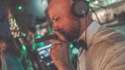 DJ mit Zigarre im Mund