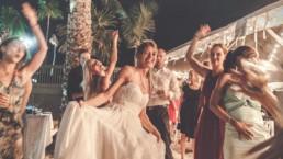 Braut beim Tanzen bei der Party