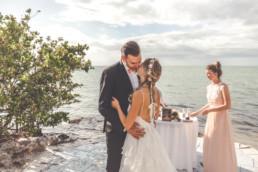 Braut und Bräutigam küssen sich bei der freien Trauung