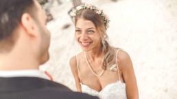 Braut schaut verliebt auf Bräutigam