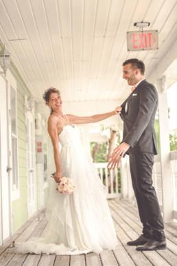Braut zieht Bräutigam zu sich