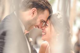 Brautpaar Stirn an Stirn lachend