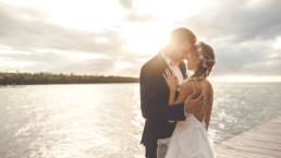 Brautpaar umarmt sich im Sonnenuntergang