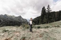 Portrait des Bräutigams vor Bergkulisse