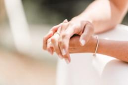 Detailaufnahme der Brauthände mit Ring