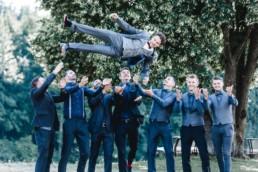 Gruppenfoto mit fliegendem Bräutigam