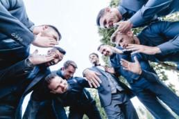 Bestmen betrachten den Ring des Bräutigams