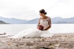 Portrait der Braut am Ufer des Tegernsees