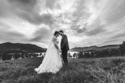Brautpaar vor dramatischen Hintergrund am Tegernsee mit Bergen