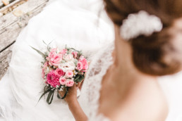 Detailaufnahme Brautstrauß mit Braut am Steg