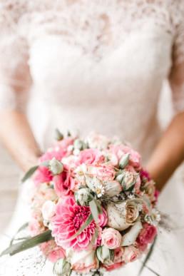 Detailaufnahme Braut hält Brautstrauß