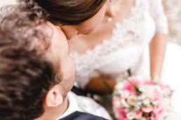 Emotionale Detailaufnahme des Brautpaares Kopf an Kopf