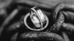 Detailaufnahme der Ringe in schwarz weiß