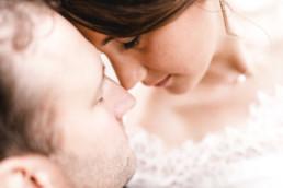 Emotionale Detailaufnahme von Brautpaar