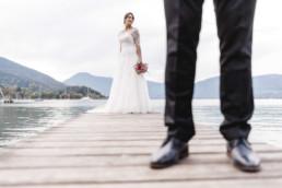Braut und Bräutigam am Steg