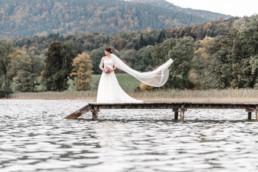 Braut mit wehenden Schleier am Steg