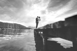 Paar steht küssend am Steg